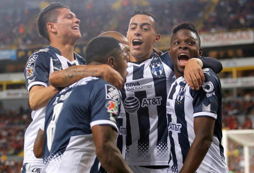 Rogelio Funes Mori (2d), del Monterrey, fue registrado este jueves al celebrar con sus compañeros de equipo un gol que le marcó al Atlas, durante el partido de ida de esta llave de cuartos de final del torneo Apertura del fútbol en México, en el estadio Jalisco de Guadalajara. EFE