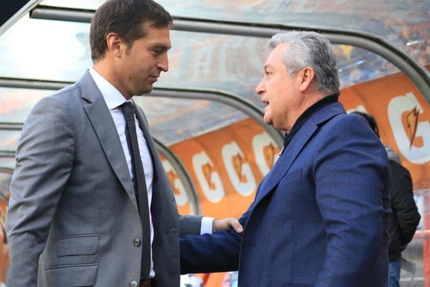 El director técnico de Gallos, Víctor Vucetich (d), saluda a su par de Tuzos, Diego Alonso (i). EFE/Archivo