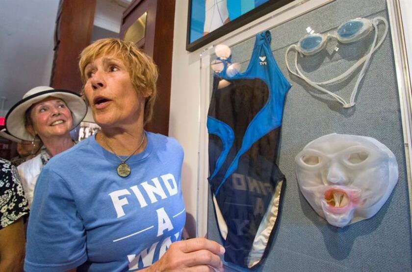 La nadadora estadounidense Diana Nyad observa una instalación con algunos objetos del equipo que donó al museo Key West Art & Historical Society hoy, viernes 27 de enero 2017, en la sede de la institución en Cayo Hueso, Florida. El museo ha inaugurado una instalación en la que se expone el traje de baño, las gafas de natación y la máscara protectora contra medusas creada especialmente para su travesía, en la que en casi 53 horas cubrió una distancia de 111 millas (178 kilómetros). EFE/Carol Tedesco/Florida Keys News Bureau/SÓLO USO EDITORIAL/NO VENTAS/CRÉDITO OBLIGATORIO