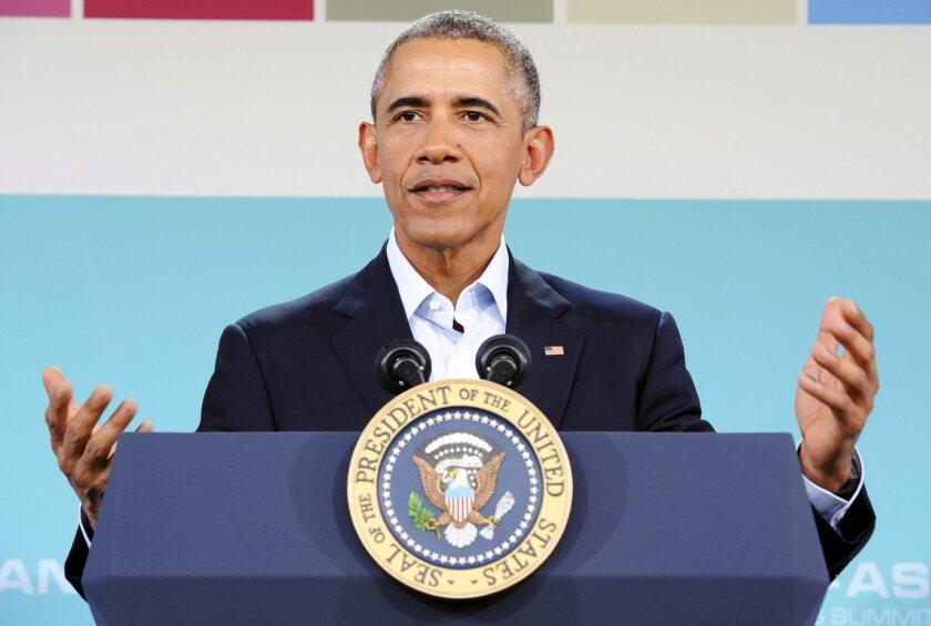 """El presidente estadounidense, Barack Obama, habla hoy, martes 16 de febrero de 2016, durante una conferencia de prensa en el último día de la cumbre US-ASEAN en Sunnylands en Rancho Mirage, California (EE.UU.). Estados Unidos y los líderes de los países del sudeste asiático, reunidos entre el lunes y hoy en California, abordaron la necesidad de aliviar las tensiones en el Mar del Sur de China y acordaron resolver las disputas territoriales """"pacíficamente"""" y bajo la legalidad internacional. EFE/NED REDWAY"""