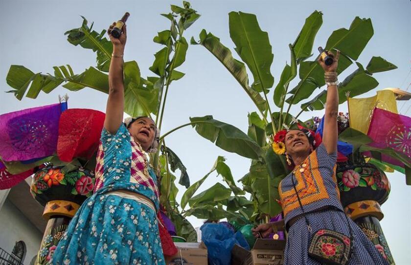 Miembros de la comunidad LGTB, desfilan con vestidos de Tehuanas por calles del municipio de Juchitán, en el estado de Oaxaca (México). EFE