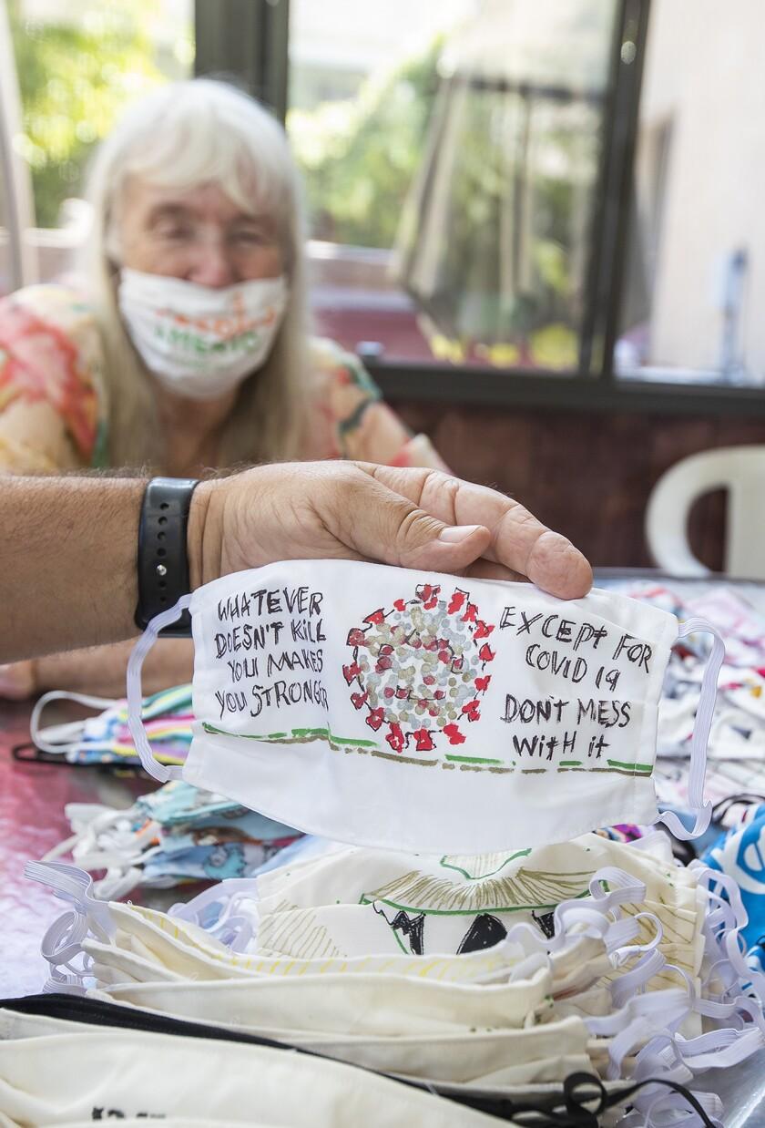 Ted Engard et sa femme Peggy exposent mardi un masque spécial peint à la main chez eux.