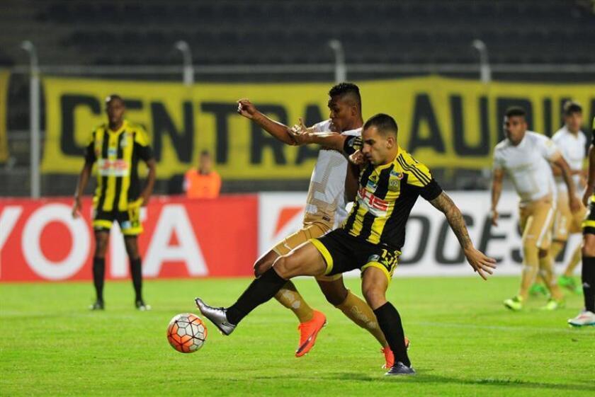 Imagen de archivo del jugador Pablo Camacho (d) de Deportivo Táchira. EFE/Archivo