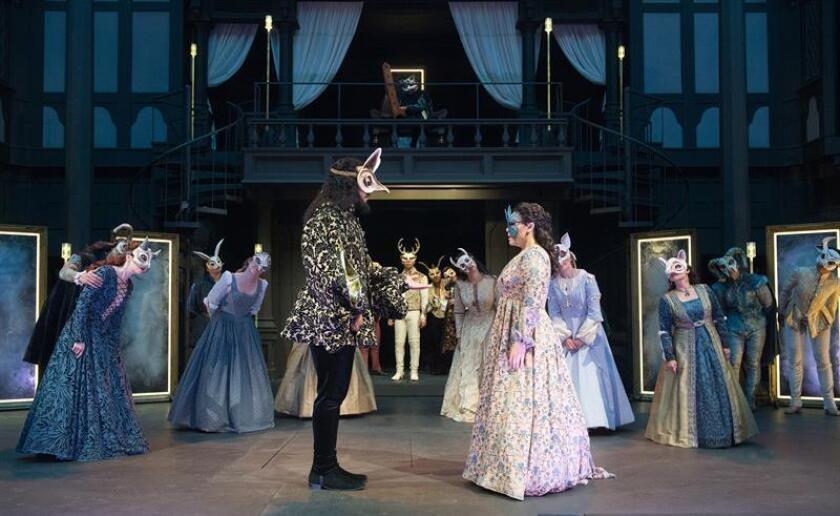 """Fotografía cedida por el Festival Shakespeare de Oregón (OSF), donde aparecen el actor Armando McClain (c-i), como Paris, junto a la actriz Emily Ota (c-d), en el papel de Julieta, durante una escena de la versión de """"Romeo y Julieta"""" del director cubano-estadounidense Dámaso Rodríguez la cual se estrena hoy, viernes 15 de junio de 2018, en la sala Allen Elizabethan Theatre, de la ciudad de Ashland (EE.UU.), como parte del Festival Shakespeare de Oregón (OSF), que comenzó el pasado mes de febrero y finalizará su edición de este año el 28 de octubre. Rodríguez estrena hoy en Oregón su versión de """"Romeo y Julieta"""" para mostrar un paralelismo """"con el clima político actual"""", según manifestó a Efe el propio artista. EFE/Jenny Graham/OSF/SÓLO USO EDITORIAL/NO VENTAS/CRÉDITO OBLIGATORIO"""