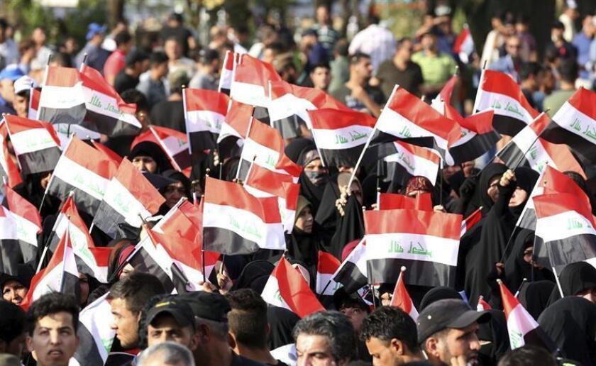 Partidarios del clérigo chií Muqtada al Sadr ondean banderas nacionales y cantan eslóganes durante una manifestación en la plaza Tahrir, en el centro e Bagdad, Irak, hoy, 4 de agosto de 2017. EFE/ARCHIVO