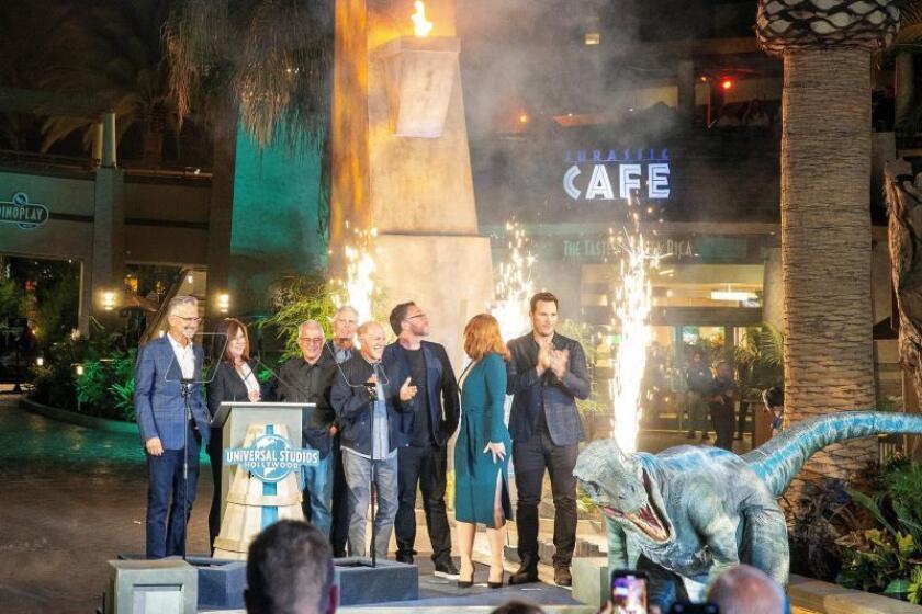 El elenco de la película 'Jurassic World' y el velociraptor 'Blue' posan para una foto durante la gran inauguración de Universal Studios Hollywood 'Jurassic World: The Ride' en Universal City, California, EE. UU., el 22 de julio de 2019. EFE/EPA/ADAM S DAVIS