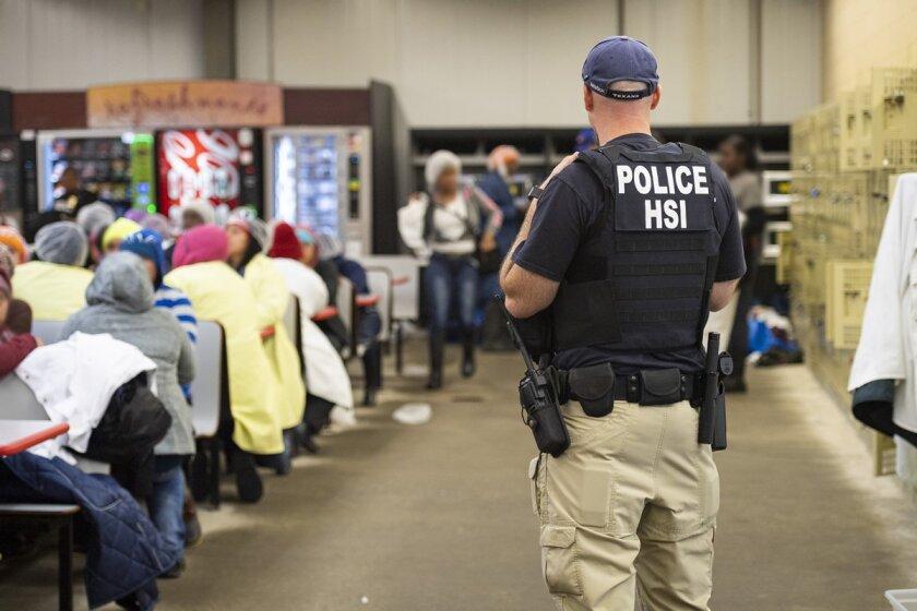COVID-19: Contagios en cárceles de ICE aumentan por cientos