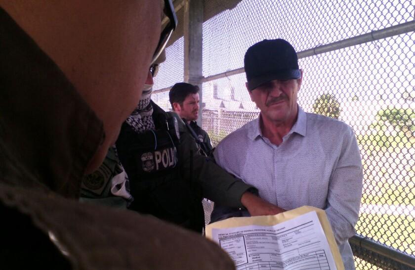 """MEX40. MATAMOROS (M...XICO), 15/06/2016.- El narcotraficante HÈctor """"el G¸ero"""" Palma Salazar es entregado a las autoridades mexicanas hoy, miÈrcoles 15 de junio de 2016, en el puente fronterizo de Matamoros (MÈxico). Estados Unidos entregÛ hoy al narcotraficante HÈctor """"el G¸ero"""" Palma Salazar a las autoridades mexicanas en el cruce fronterizo de Puente Nuevo, en la ciudad de Matamoros, confirmÛ hoy a Efe una fuente de la SecretarÌa de GobernaciÛn. EFE/Julio Manuel Loya Guzm·n"""