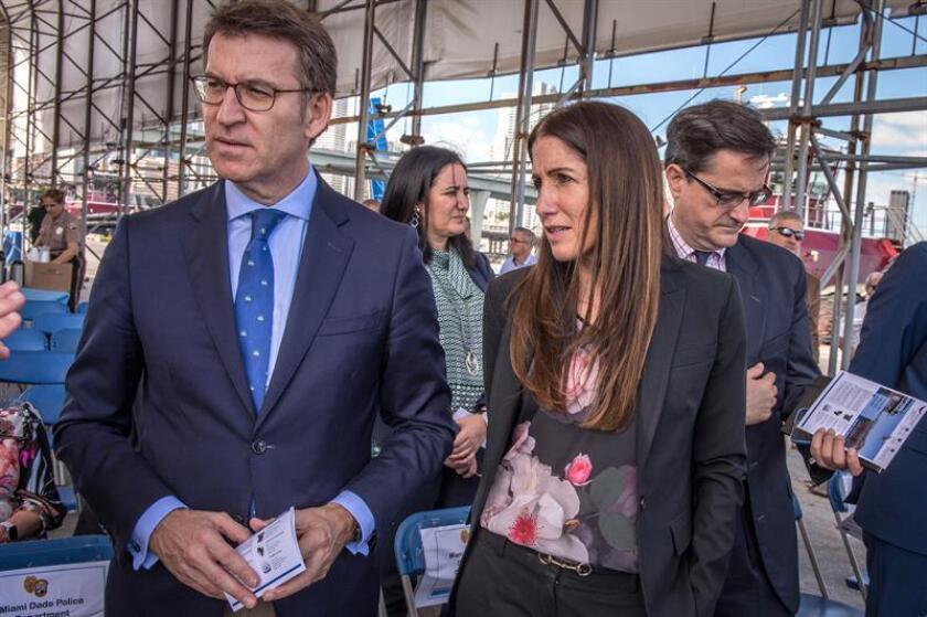 El presidente de la Xunta de Galicia, Alberto Núñez Feijóo (i), camina junto a la directora adjunta del puerto de Miami, Hydi Webb, durante un recorrido por el recinto marítimo en Miami, Florida. EFE