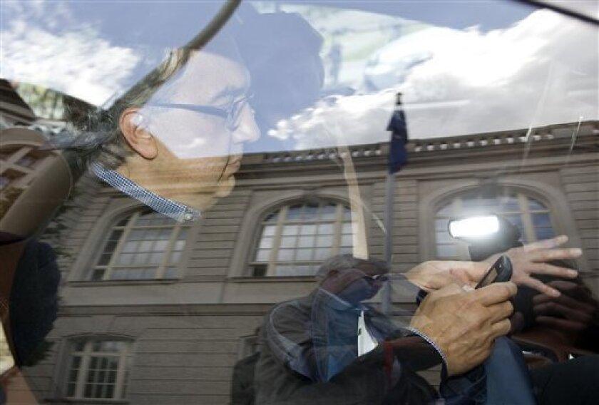 """Der Fiat-Chef Sergio Marchionne verlaesst am Montag, 4. Mai 2009, nach einem Treffen mit Bundeswirtschaftsminister Karl-Theodor zu Guttenberg das Wirtschaftsministerium in Berlin. Der italienische Autokonzern Fiat will die drei deutschen Opel-Standorte Ruesselsheim, Bochum und Eisenach im Fall einer Uebernahme des Unternehmens erhalten"""", teilte zu Guttenberg nach einem Gespraech mit Fiat-Chef Sergio Marchionne mit. (AP Photo/Maya Hitij) --- Sergio Marchionne, Manager of Italian Fiat car company, uses his mobile phone while sitting in a car after talks about Opel with German Economy Minister Karl-Theodor zu Guttenberg in Berlin, Germany, Monday, May 4, 2009. (AP Photo/Maya Hitij)"""