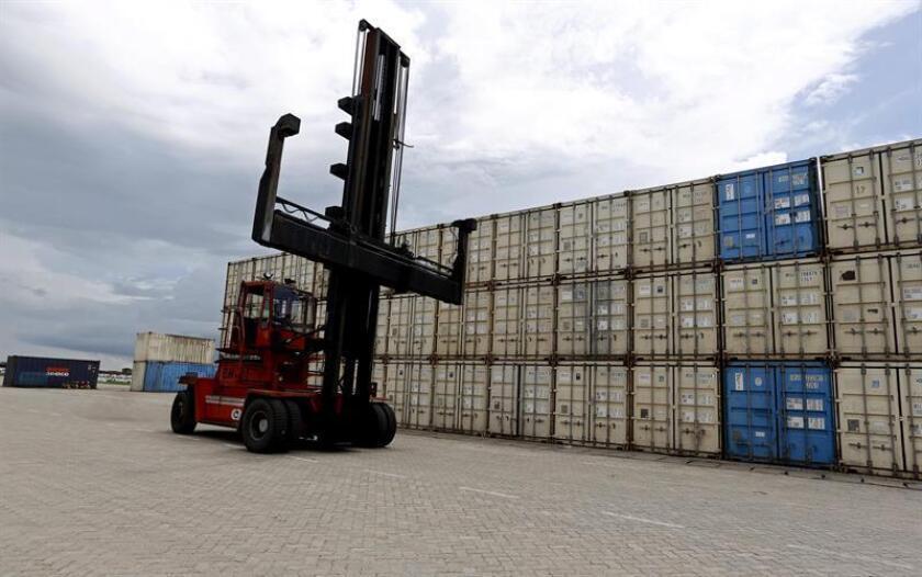 El déficit comercial de Estados Unidos descendió un 2,1 % en abril y quedó en un saldo total de 46.200 millones de dólares, la cifra más baja en siete meses, informó hoy el Departamento de Comercio. EFE/Archivo