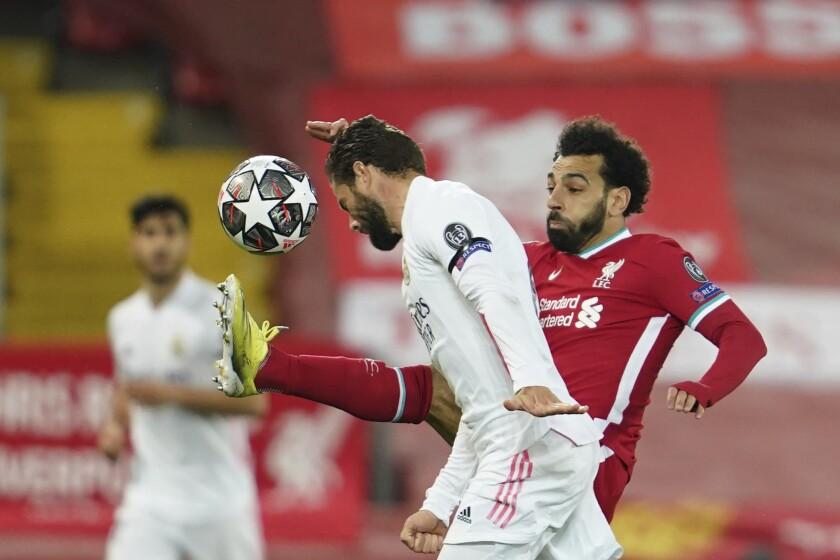 En esta foto del miércoles 14 de abril de 2021, Nacho, del Real Madrid, adelanta el balón con la cabeza,