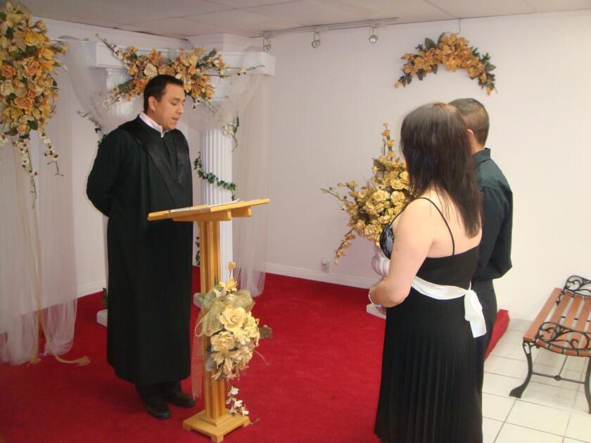 En los últimos siete años, el ministro Edgar Sánchez ha celebrado un poco más de 1,000 ceremonias matrimoniales en la Love Wedding Chapel, en la ciudad de San Fernando.
