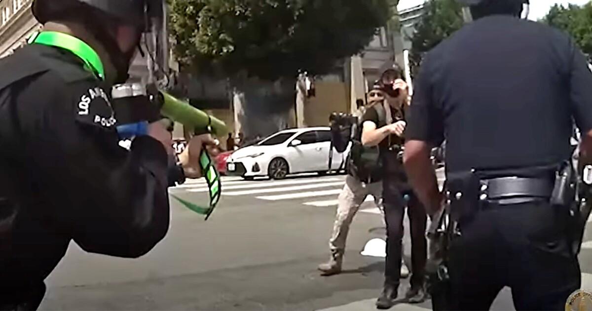 Tech :  Une vidéo montre un officier du LAPD tirant un manifestant dans l'aine de près  infos , tests