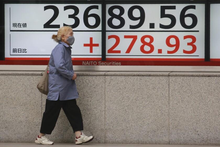 Una persona frente a un cartel financiero en Tokio el 19 de octubre del 2020.