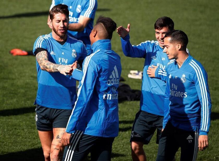 Los jugadores del Real Madrid Sergio Ramos (i) y Lucas Vázquez (d), durante el entrenamiento realizado ayer en la Ciudad Deportiva de Valdebebas. EFE