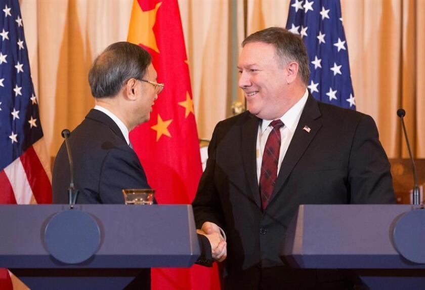 El secretario de Estado estadounidense, Mike Pompeo (d), ofrece una rueda de prensa conjunta con el miembro del Politburó y director de la Oficina de Asuntos Exteriores del Partido Comunista de China (PCCh), Yang Jiechi (i), durante una cumbre de seguridad entre ambos estados en el Departamento de Estado en Washington D.C (Estados Unidos). EFE/Archivo