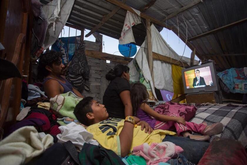 Una familia observa la televisión en su hogar. La probabilidad de que un mexicano nacido en uno de los hogares más pobres del país alcance a lo largo de su vida elevados ingresos es de solo 2,1 %, mientras que en Canadá es de 13,5 % y en Estados Unidos de 7,5 %. EFE/Archivo