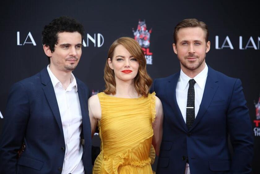 """El joven Damien Chazelle (i) se alzó anoche con el premio principal del Sindicato de Directores de EEUU (DGA, por sus siglas en inglés), cimentando aún más la condición de favorita de su musical """"La La Land"""" para los Óscar. EFE/ARCHIVO"""