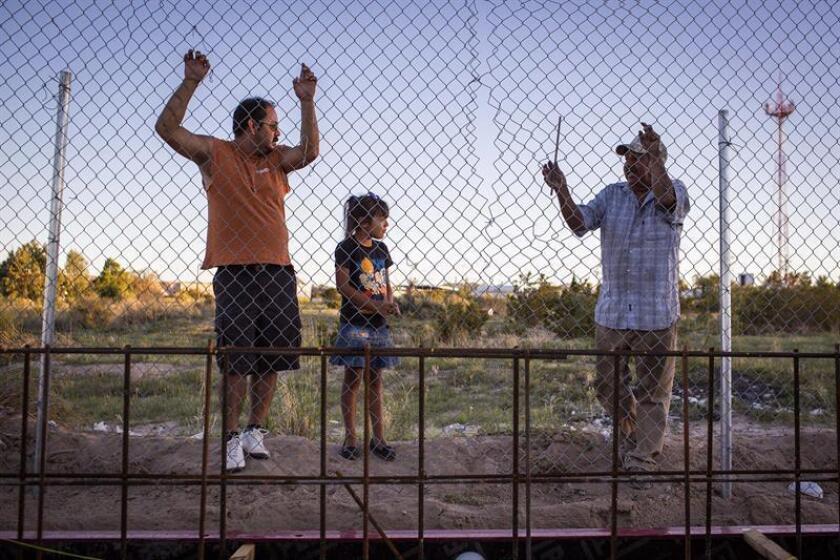 Fotografía que muestra a un grupo de personas que observan la construcción de un muro de acero en la localidad de Sunland Park, en Nuevo México (México). EFE/Archivo