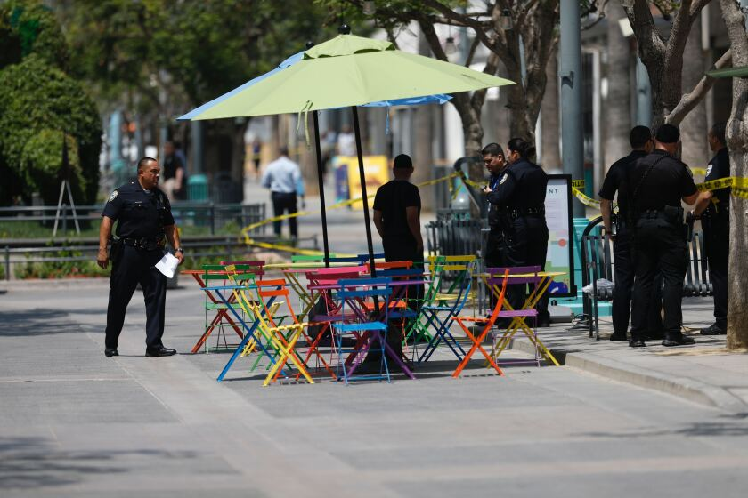 3rd Street Promenade Hours >> Man In Custody After Guard Shoots At Knife Wielding Suspect At Third