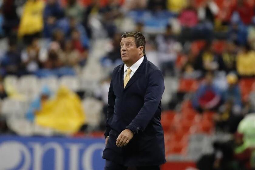 El entrenador del América, Miguel Herrera, aseguró hoy que aunque su equipo tiene como meta ganar el título del Apertura del fútbol mexicano, va paso a paso y ahora solo piensa en el duelo de mañana en casa del Toluca. EFE/ARCHIVO