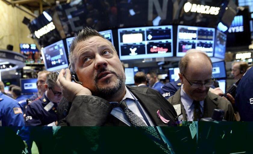 Wall Street cerró hoy con fuertes ganancias y nuevos récords históricos de sus tres principales indicadores, el Dow Jones de Industriales, el selectivo S&P 500 y el índice compuesto del mercado Nasdaq. EFE/ARCHIVO