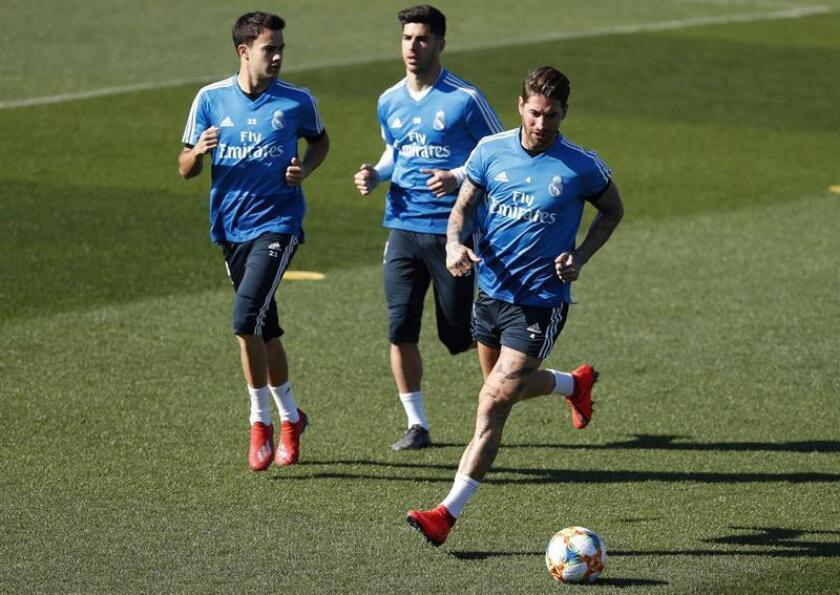 Los jugadores del Real Madrid Sergio Reguilón, Marco Asensio y Sergio Ramos durante el entrenamiento realizado este martes en la Ciudad Deportiva de Valdebebas. EFE