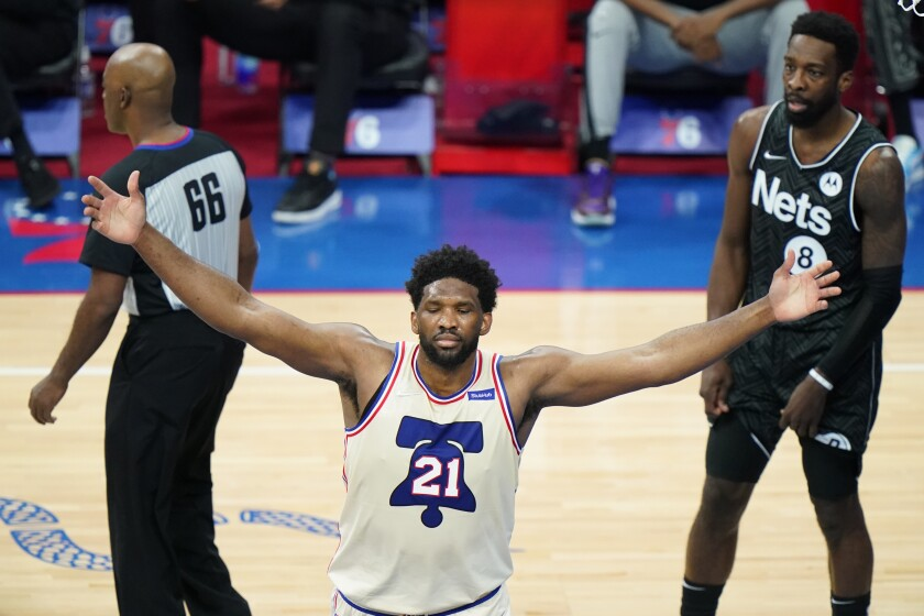 Joel Embiid, de los 76ers de Filadelfia, celebra después de anotar en la segunda mitad del juego ante los Nets de Brooklyn, el miércoles 14 de abril de 2021, en Filadelfia. (AP Foto/Matt Slocum)