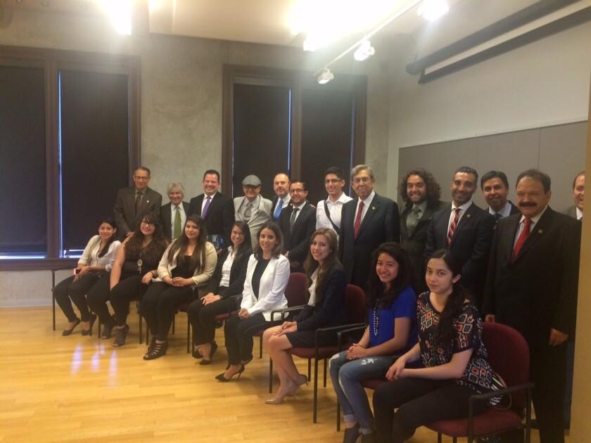 Los 'dreamers' comparten la foto con la comitiva de Ciudad de México que visitó Los Ángeles la semana pasada. Los jóvenes conversaron en la Plaza de la Cultura con los funcionarios, quienes dijeron estar conmovidos por sus historias.