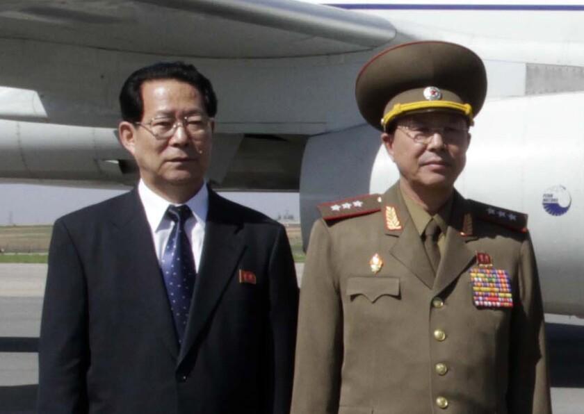 Kim Hyong Jun, izquierda, viceministro de Relaciones Exteriores, y Ri Yong Gil, coronel general del ejército norcoreano, posan antes de abandonar el Aeropuerto de Pyongyang en Corea del Norte, rumbo a China. Corea del Sur señaló que el líder norcoreano Kim Jong Un ejecutó a Ri por corrupción y otros cargos. De ser cierto, la ejecución de Ri sería la última de una serie de asesinatos, purgas y despidos desde que Kim asumió el poder a finales de 2011. (Foto AP/Kim Kwang Hyon, archivo)