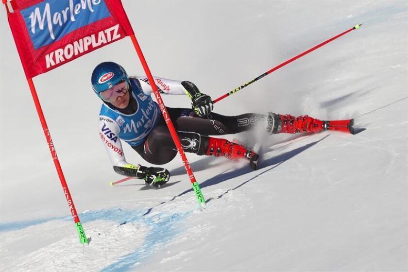 La esquiadora estadounidense Mikaela Shiffrin compite en la primera manga de la prueba de eslalon gigante, válida para la Copa del Mundo de esquí alpino, disputada en Kronplatz (Italia) hoy, 15 de enero de 2019. EFE