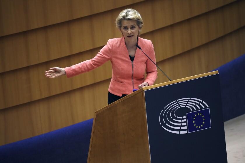 La presidenta de la Comisión Europea, Ursula von der Leyen, se dirige al plenario durante su primer discurso sobre el Estado de la Unión, en el Parlamento Europeo, en Bruselas, el 16 de septiembre de 2020. (AP Foto, Francisco Seco)