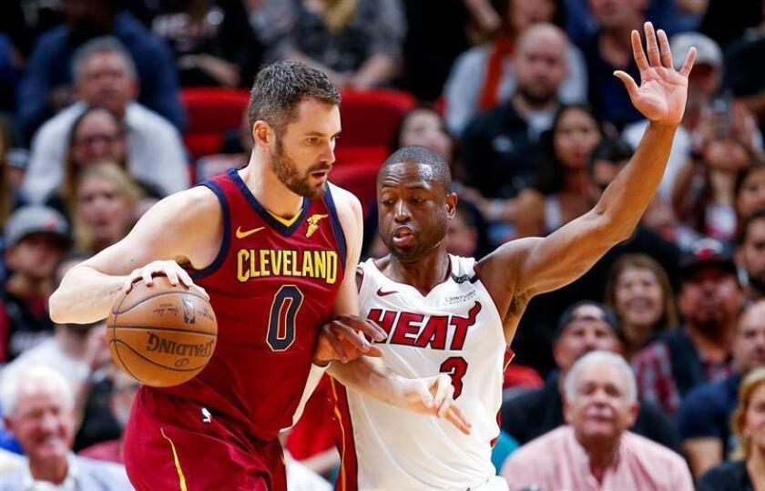 El jugador Dwyane Wade (d) de Miami Heat en acción ante Kevin Love (i) de Cleveland Cavaliers, durante un juego entre Cleveland Cavaliers y Miami Heat de la NBA, en el American Airlines Arena, en Miami (Estados Unidos). EFE