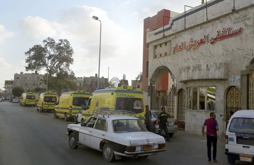Ambulancias aguardan frente al hospital El Arish International, en El Arish, Egipto, el miércoles 1 de julio debido a que el camino a Sheikh Zuweid, donde se registraron numerosos ataques contra el ejército, no es seguro. Decenas de combatientes islámicos realizaron ataques simultáneos contra retenes militares el miércoles, matando a decenas de soldados. (Foto AP/Muhamed Sabry)
