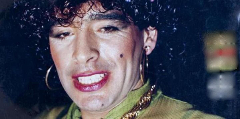 El argentino, campeón del mundo en 1986, dinamitó la cancha con su talento y fue 'carne' de escándalo: alcohol, drogas, fiestas interminables... el diario AS de España lo exhibió vestido de mujer.