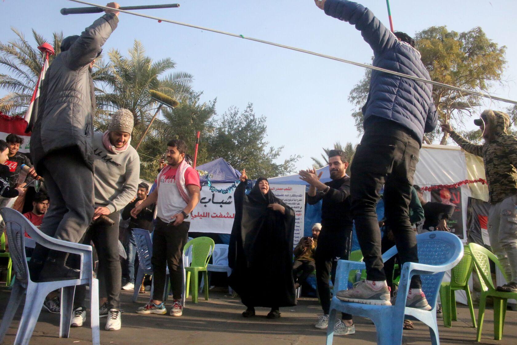 Manifestanti iracheni a Baghdad festeggiano la notizia della morte del generale Soleimani. Credits to: AFP.