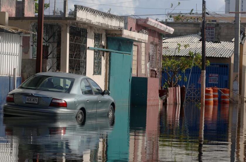 El Servicio Nacional de Meteorología (SNM) de San Juan emitió hoy un aviso de pequeñas inundaciones para áreas de poco drenaje en los municipios de San Juan y sus adyacentes de Trujillo Alto, Guaynabo y Bayamón, y Toa Baja hasta las 03.30 de la tarde. EFE/Archivo