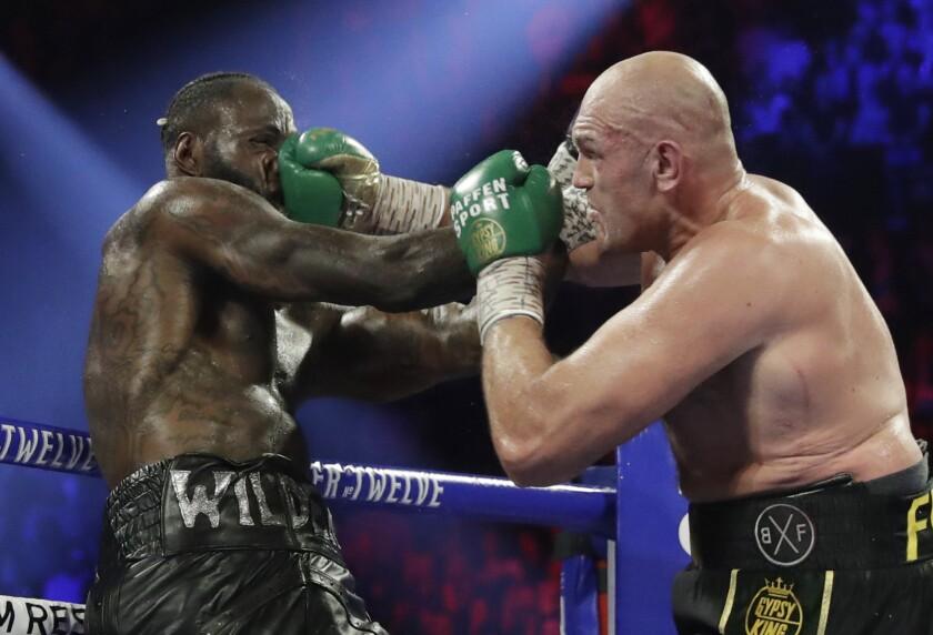 Tyson Fury conecta una derecha a Deontay Wilder durante la pelea por el cetro pesado del CMB en Las Vegas.