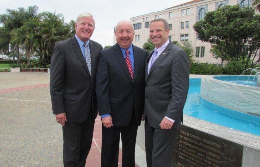El regidor Greg Cox, el doctor Juan Andrade de la USHLI, y el alcalde Bob Filner.