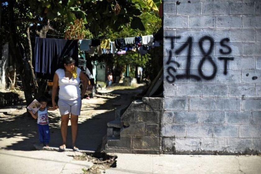 Al final de esta historia habrá una familia centroamericana reubicada en algún municipio seguro de México, lejos de la amenaza del Barrio 18, la pandilla que controla su colonia y uno de los dos grandes grupos de ese tipo que aterrorizan a la región.