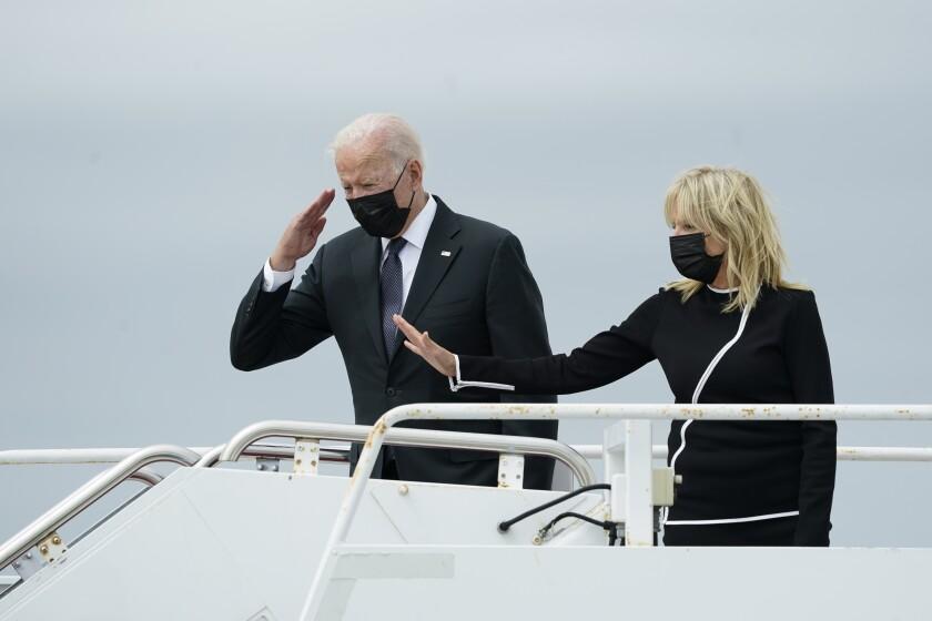 رئیس جمهور بایدن سلام می کند و بانوی اول جیل بایدن هنگام سوار شدن به هواپیمای ایر فورس وان دست خود را بلند می کند.