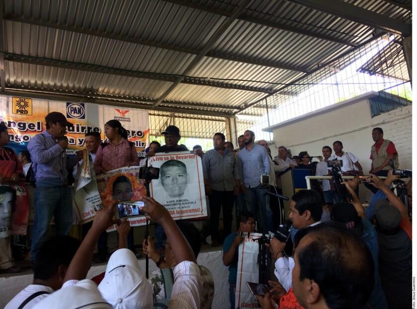 """""""Lo queremos a usted en la cárcel"""", le gritó Cristina Bautista al ex Gobernador Ángel Aguirre, quien escuchó gritos y reclamos por parte de padres de los 43 normalistas de Ayotzinapa desaparecidos en Iguala hace 39 meses."""