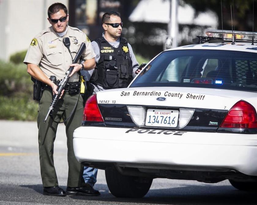 Oficiales de la oficina del Alguacil de San Bernandino vigilan el área. EFE/Archivo