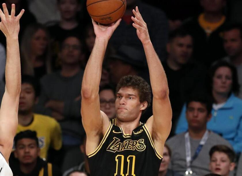 Los Angeles Lakers center Brook Lopez shoots in the first half of their NBA game. EFE/Archivo
