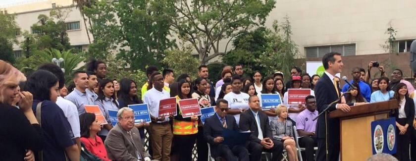 """El alcalde Eric Garcetti destacó durante el lanzamiento de la nueva etapa de la iniciativa denominada """"Contrata juventud de L.A."""" que el mismo programa sobrepasó sus metas en más de 1.000 cupos en el 2014 al ofrecer empleo a más de 11.000 jóvenes."""