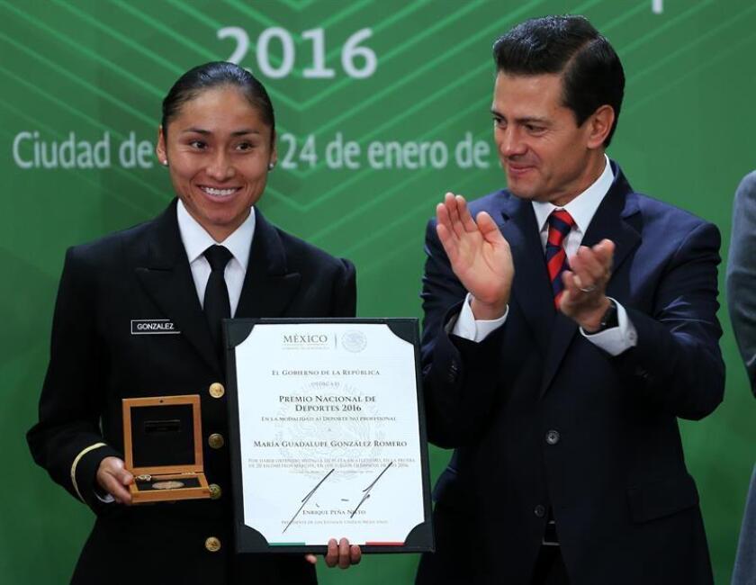 La atleta Guadalupe González (i), ganadora de la medalla de plata en los 20 km de marcha en Río 2016, recibe el Premio Nacional de Deporte de manos del presidente de México, Enrique Peña Nieto. EFE/Archivo