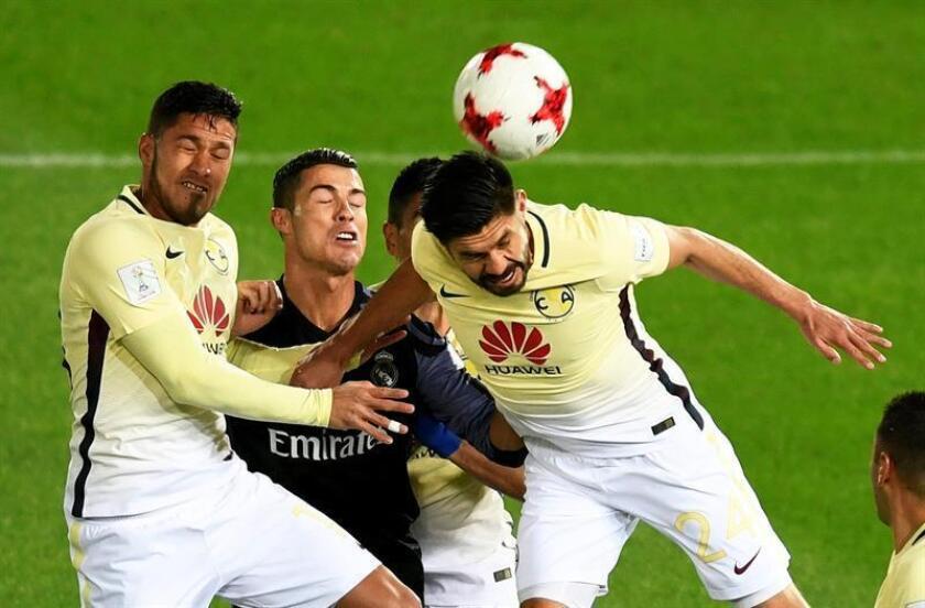 El delantero portugués del Real Madrid Cristiano Ronaldo (2i) pelea por el balón con Oribe Peralta (d), del Club América, durante el partido de semifinales del Mundial de clubes entre el Real Madrid y el Club América de México en el estadio de Yokohama, en el sur de Tokio (Japón). EFE/Archivo
