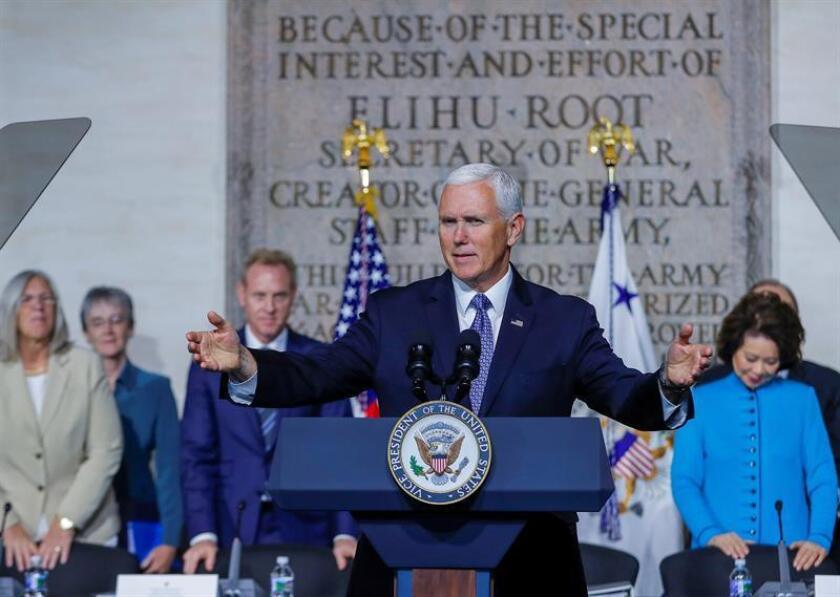 El vicepresidente estadounidense, Mike Pence, ofece un discurso durante una reunión del Consejo Nacional del Espacio en el Colegio Nacional de Guerra en Washington, Estados Unidos, hoy, 23 de octubre de 2018. EFE
