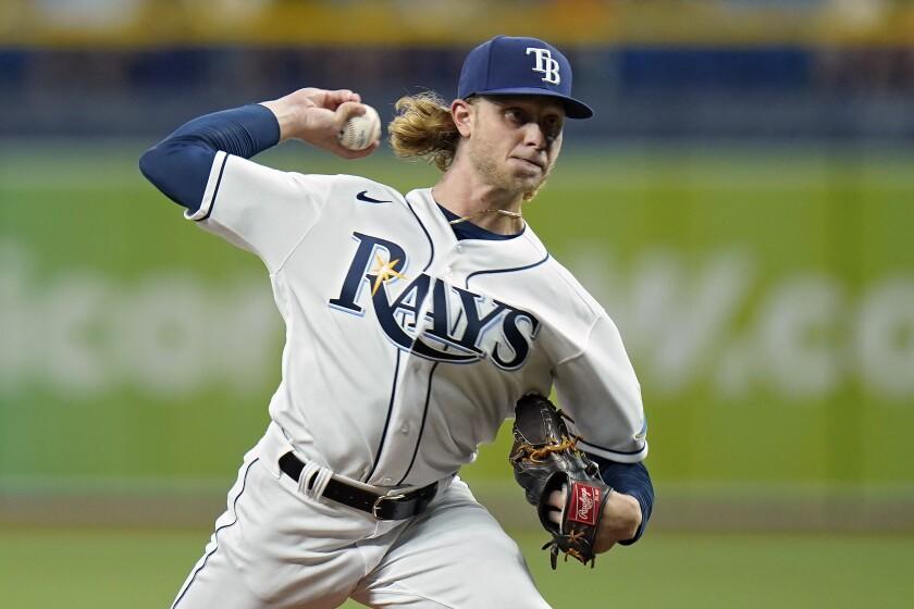 El pitcher de los Rays de Tampa Bay Shane Baz lanza una bola en el primer inning del juego de la MLB que enfrentó a su equipo con los Azulejos de Toronto, el 20 de septiembre de 2021, en St. Petersburg, Florida. (AP Foto/Chris O'Meara)